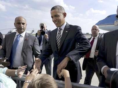 El presidente Barack Obama saluda a simpatizantes en el aeropuerto internacional JFK en Nueva York, el lunes 6 de agosto de 2012.  Foto: Pablo Martinez Monsivais / AP