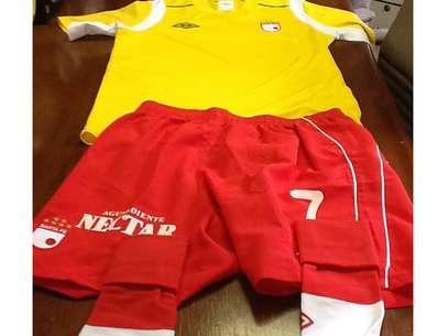 Así será el uniforme de Independiente Santa Fe para este miércoles, aunque cabe decir que en la camiseta faltan los patrocinadores, la séptima estrella y el escudo de Bogotá. Foto: Cortesía IndependienteSantaFe.CO