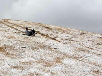 Un joven se desliza por una colina tras una inusual nevada en Johannesburgo, el martes 7 de agosto del 2012.  Foto: Themba Hadebe / AP