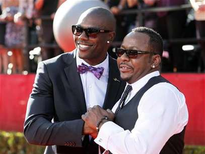 NFL wide receiver Terrell Owens (L) and singer Bobby Brown arrive at the 2010 ESPY Awards in Los Angeles, California July 14, 2010. Foto: Danny Moloshok / Reuters In English