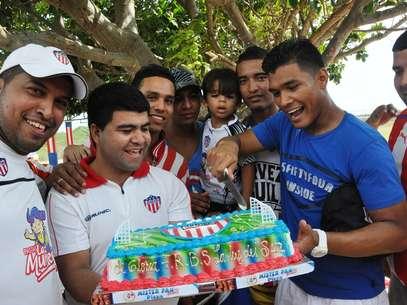 Un grupo de hinchas celebró junto a los jugadores el cumpleaños 88 del equipo. Foto: Juan Carlos Rocha / Terra