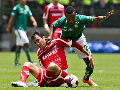 Edgar Duenas fights for the ball in the match against Leon. Foto: Mexsport