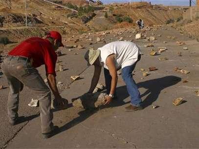 Imagen de archivo de unos mineros sindicalistas bloqueando el acceso a la mina Cananea en Sonora, México, jun 9 2010. Cuando el sindicato minero de México fue acusado de pedir 100 millones de dólares para levantar una huelga en la mayor mina de cobre del país hace cinco años, las viejas sospechas de vicios y excesos en los gremios volvieron a salir a la luz. Foto: Alonso Castillo / Reuters en español