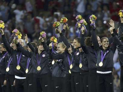 The U.S. team pose with their gold medals after winning their women's soccer final against Japan during the victory ceremony at Wembley Stadium during the London 2012 Olympic Games August 9, 2012. Foto: Mike Blake / Reuters In English