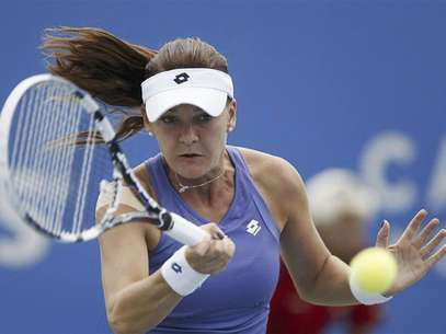 Agnieszka Radwanska of Poland hits a return during her match against Mona Barthel of Germany at the Rogers Cup tennis tournament in Montreal, August 9, 2012. Foto: Christinne Muschi / Reuters In English
