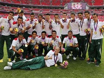 Los integrantes de la selección mexicana de fútbol celebran en el estadio de Wembley tras ganar la medalla de oro en los Juegos de Londres. Ago 11, 2012. Foto: Sergio Moraes / Reuters en español
