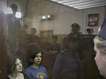 Miembros de la banda de rock punk Pussy Riot, de izquierda a derecha María Alekhina y Nadezhda Tolokonnikova en un tribunal de Moscú en viernes 17 de agosto del 2012. Un juez las halló culpables de vandalismo y las condenó a dos años de cárcel.   Foto: Sergey Ponomarev / AP