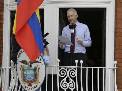 El ex pirata informático es buscado en Suecia para ser interrogado en relación a acusaciones de violación y asalto sexual y Gran Bretaña ha dicho que no otorgará permiso a Assange para que pueda dejar la embajada ecuatoriana, que cuenta con estatus diplomático. Foto: AP