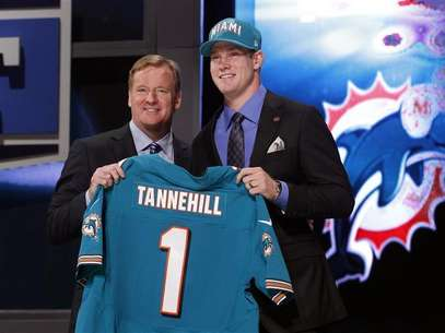 Ryan Tannehill from Texas A&M University holds up a jersey as he stands with NFL Commissioner Roger Goodell after being selected by the Miami Dolphins as the eighth overall pick in the 2012 NFL Draft in New York, April 26, 2012. Foto: Shannon Stapleton / Reuters In English