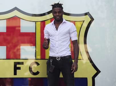 Alex Song is presented at Barcelona after signing his contract. Foto: Getty Images