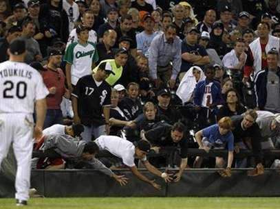 Fans reach for a foul ball during the MLB American League baseball game between Chicago White Sox and New York Yankees, in Chicago, August 20, 2012. Foto: Jeff Haynes / Reuters In English