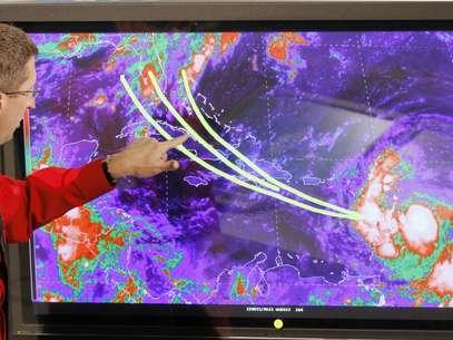 Los expertos en el Centro de Huracanes en Miami siguen con atención el posible recorrido de Isaac, que podría ser huracán el jueves. Foto: AP