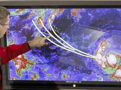 El doctor Rick Knabb, director del Centro Nacional de Huracanes, muestra algunas de las posibles trayectoria que tomaría la tormenta tropical Isaac en los próximos días. Foto: Alan Diaz / AP
