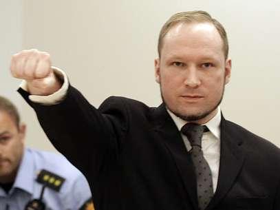El ultraderechista Anders Behring Breivik hace un saludo al ingresar a la corte en oslo el viernes, 24 de agosto del 2012. Foto: AP