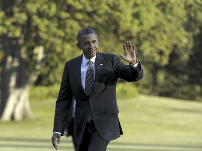 El presidente Barack Obama saluda mientras camina por los jardines de la Casa Blanca en Washington, el miércoles 29 de agosto de 2012, luego de volver de un viaje de campaña.  Foto: Susan Walsh / AP