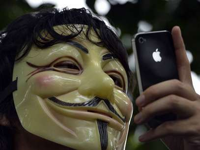 Un defensor de Anonymous con un iPhone, de Apple Foto: EFE en español