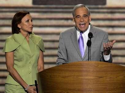 Los congresistas Nydia M. Velázquez y Charles González participan en la inauguración de la convención del partido Demócrata. Foto: EFE en español