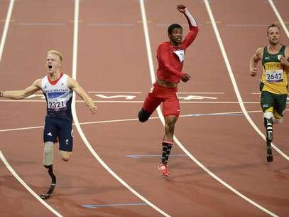 El británico Peacock (izq) se llevó el oro en los 100 m y Pistorius (der) ni siquiera logró subir al podio Foto: AFP