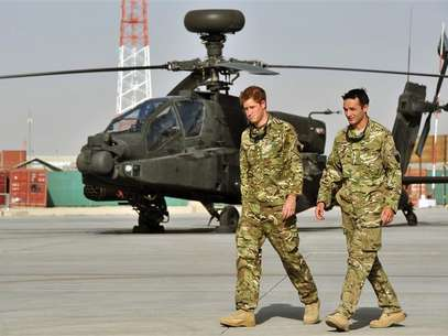 Britain's Prince Harry is shown the Apache helicopter flight line by an unidentified member of his squadron at Camp Bastion, Afghanistan September 7, 2012. REUTER/John Stillwell/POOL Foto: Reuters In English