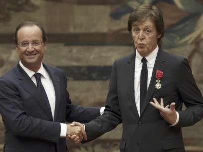 El presidente francés Francois Hollande, izquierda, estrecha la mano del ex Beatle Paul McCartney tras condecorarlo con la Legión de Honor en el Palacio del Eliseo en París, el sábado 8 de septiembre de 2012.  Foto:  Philippe Wojazer, Pool / AP