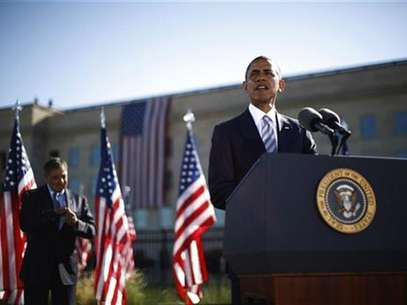 U.S. President Barack Obama speaks near U.S. Secretary of Defense Leon Panetta on the 11th anniversary of the September 11 attacks at the Pentagon near Washington, September 11, 2012. Foto: Jason Reed / Reuters In English