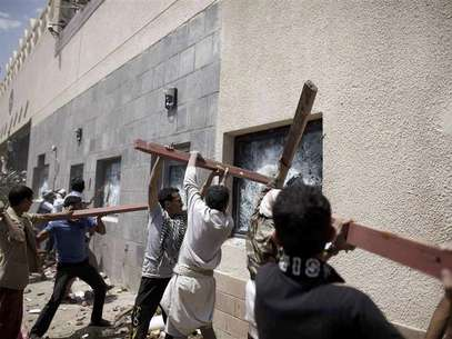 Protesters break the windows of the U.S. embassy in Sanaa September 13, 2012. Foto: Khaled Abdullah / Reuters In English