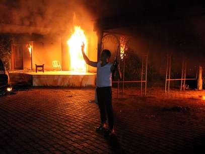Un hombre armado frente al consulado estadounidense en Bengasi tras el ataque al edificio, en el que falleció el embajador de EE.UU. en Libia, Chris Stevens Foto: EFE en español