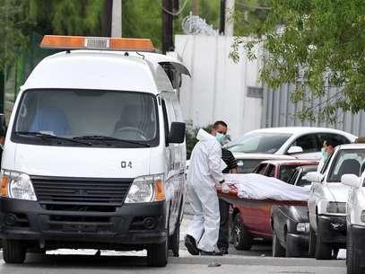 La cruenta lucha entre bandas del narco en México continúa causando derrame de sangre. En la foto peritos forenses realizan el levantamiento de un cadáver tras un suceso violento en Monterrey. Foto: EFE en español
