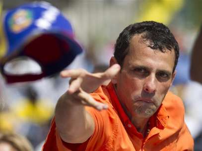 Opposition candidate Henrique Capriles throws his cap to supporters during an election rally in Caracas September 16, 2012. Foto: Carlos Garcia Rawlins / Reuters In English
