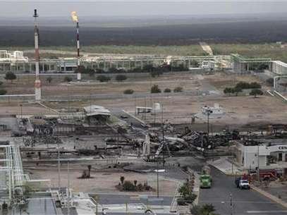 Un grupo de vehículos quemados y estanques de combustibles en una refinería de la compañía Pemex en Reynosa, México, sep 18 2012. La petrolera estatal mexicana Pemex informó el martes que un incendio en una de sus plantas de gas dejó 10 muertos en el norte del país, cerca de la frontera con Estados Unidos. Foto: Daniel Becerril / Reuters en español