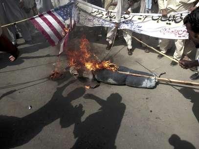 Manifestantes paquistaníes queman una bandera de Estados Unidos y una imagen del presidente estadounidense Barack Obama durante un mitin en Peshawar, Pakistán, como parte de la ira generalizada en el mundo musulman por una película hecha en territorio estadounidense que critica al profeta Mahoma, el jueves 20 de septiembre de 2012.  Foto: Mohammad Sajjad / AP