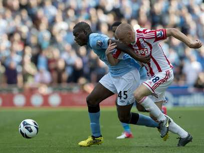 Stoke City's Andy Wilkinson (R) vies for the ball against Manchester City's Italian forward Mario Balotelli (C) during the Premiership football match at the Brittania Stadium in Stoke on September 15, 2012. Foto: Getty Images