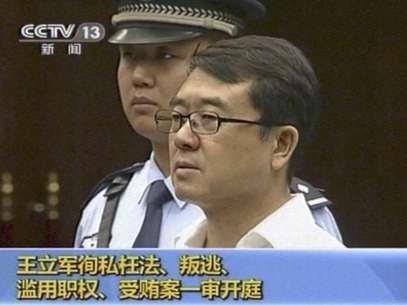 Imagen tomada de CCTV donde se ve a Wang Lijun durante su juicio en la provincia de Sichuan, China, el jueves 18 de septiembre de 2012. Un tribunal anunciará su veredicto el lunes 24 para el ex jefe de policía implicado en un sonado escándalo político donde fue asesinado un empresario británico.  Foto: CCTV vía AP video / AP