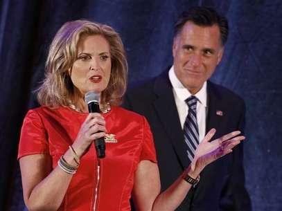 Romney escucha un discurso de su esposa Ann durante un evento de campaña en Dallas, Texas. Foto: Reuters