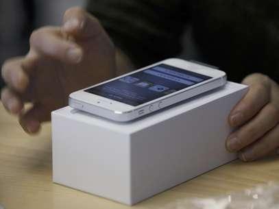 Un consumidor prueba el nuevo iPhone 5 de Apple en una tienda en Hong Kong, el viernes 21 de septiembre de 2012. Tanto Apple como Samsung están exigiendo modificar el veredicto que obligaría a esa segunda empresa a pagar 1.000 millones de dólares a la primera por infracción de patentes  Foto: Kin Cheung / AP