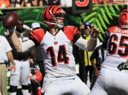 Cincinnati Bengals quarterback Andy Dalton (14) passes against the Cleveland Browns in the second half of an NFL football game on Sunday, Sept. 16, 2012, in Cincinnati. Foto: AP in English