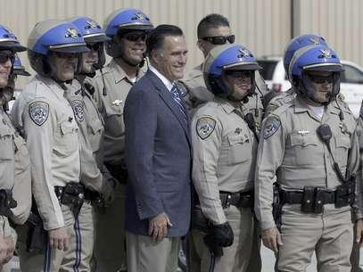 El candidato republicano y ex gobernador de Massachusetts Mitt Romney posa para una foto con miembros de la Patrulla de Caminos de California antes de abordar su avión de campaña en San Diego, el sábado 22 de septiembre del 2012 Foto: AP