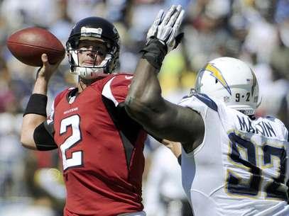 Matt Ryan (2), quarterback de los Falcons de Atlanta, lanza un pase bajo presión del defensive end Vaughn Martin, de los Chargers de San Diego, en la primera mitad del juego del domingo 23 de septiembre de 2012, en San Diego.  Foto: Denis Poroy / AP