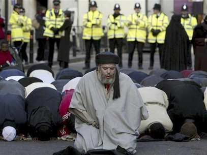Muslim cleric, Abu Hamza al-Masri, is seen leading prayers outside the North London Central Mosque, in Finsbury Park, north London in this January 24, 2003 file photograph. The European Court of Human Rights on September 24, 2012 gave final approval for the extradition of Abu Hamza, along with four other individuals, from the UK to the U.S., local media reported. Foto: Files / Reuters In English