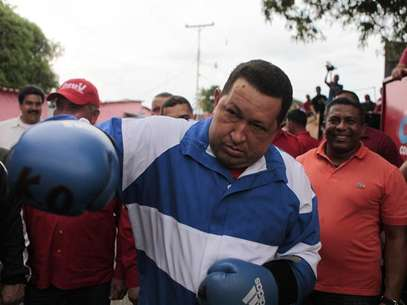 Venezuela's President Hugo Chavez poses using boxing gloves during a campaign rally in Acarigua in the state of Portuguesa September 24, 2012. Foto: Handout / Reuters In English