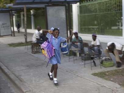 Una estudiante se apresura a ir al colegio en Puerto Príncipe, Haití, el lunes 1 de octubre de 2012.  Foto: Dieu Nalio Chery / AP