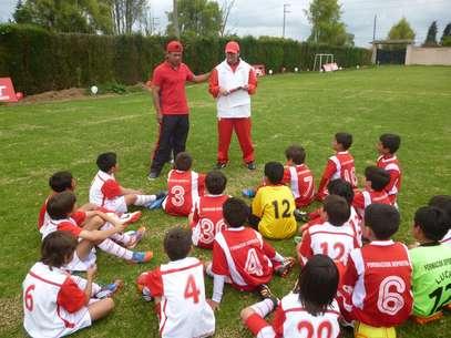 Gerardo Bedoya Munera durante una actividad social con niños de la Escuela de Formaciónde Independiente Santa Fe. Foto: Terra