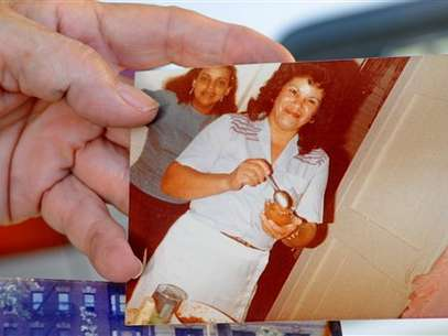 Miladys Ortega, hermana de Yoselyn, muestra una foto de la niñera de NY que asesinó a dos niños. Foto: AP