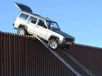 Foto Jeep Cherokee varada en la frontera entre Estados Unidos y México Foto: AP / Terra Autos