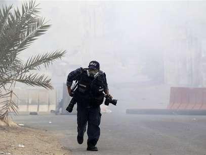 """Hay personas comparan un mal día en el trabajo con estar en una zona de guerra, pero para los fotoperiodistas que protagonizan """"Witness"""" - la nueva serie de la HBO - esto no es una exageración. En la imagen de archivo, un fotoperiodista cubriendo unos disturbios en Bahrein el pasado 24 de marzo. Foto: Ahmed Jadallah / Reuters"""