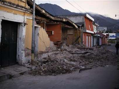 Two men walk past damaged houses after a 7.4-magnitude earthquake struck on Wednesday on the streets of San Marcos, in the San Marcos region, about 250 km (155 miles) south of Guatemala City, November 8, 2012. Foto: Jorge Dan Lopez / Reuters