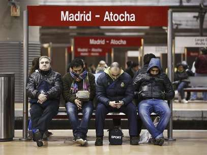 Commuters wait for trains at Atocha rail station during a 24-hour nationwide general strike in Madrid, November 14, 2012. Foto: Paul Hanna / Reuters
