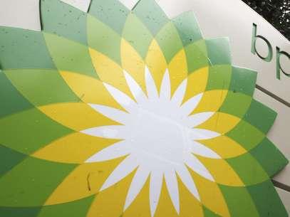El logotipo de la petrolera británica British Petroleum se ve en una gasolinera en Washington, en octubre de 2007. BP llegó a un acuerdo judicial con agencias de Estados Unidos por el derrame petrolero de hace dos años en el Golfo de México, se anunció el jueves 15 de noviembre de 2012.  (Foto/Charles Dharapak, Archivo)              Foto: AP