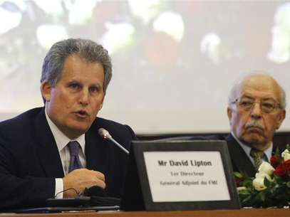David Lipton (L), first deputy managing director of the International Monetary Fund (IMF), and Governor of the Central Bank of Tunisia Chedly Ayari, attend a news conference in Tunis November 14, 2012. Foto: Anis Mili / Reuters