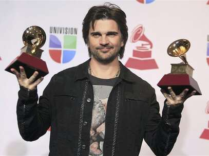 "Juanes poses backstage with the awards for best long form music video and album of the year for ""MTV Unplugged"" during the 13th Latin Grammy Awards in Las Vegas, Nevada, November 15, 2012. Foto: Steve Marcus / Reuters"
